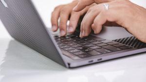 俺氏のMacBookにスキンシール貼ったらダサくなってワロタww